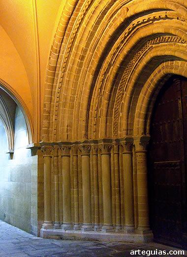 Puerta románico-gótica de la iglesia de San Nicolás