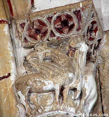 Grifos en uno de los capiteles de la iglesia de San Miguel