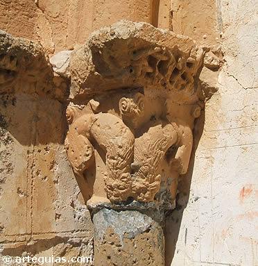 Capitel con leones en la puerta sur