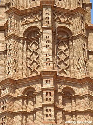 Típica decoración geométrica  del campanario