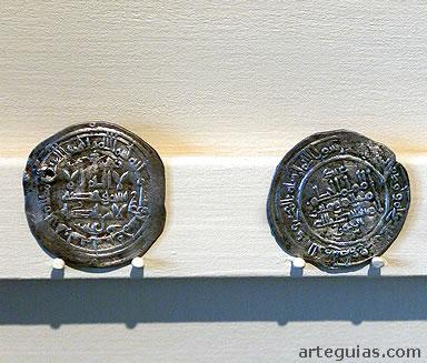 Monedas califales del periodo de Alhaquén II . Museo de Cuenca