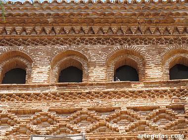 Típica galería y decoración a base de ladrillos en forma de rombos
