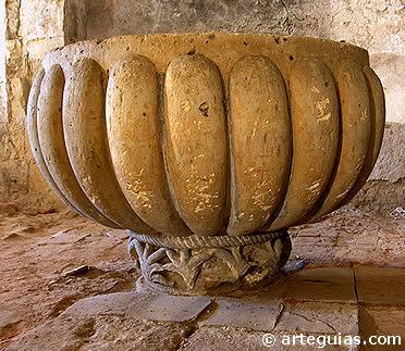 Pila baitismal románica en la iglesia de  San Miguel de Turégano