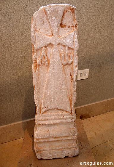 Pilastra visigoda con el Crismón. Museo de Burgos