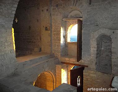 Interior con la puerta original en alto