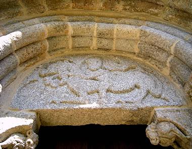 Tímpano figurado de la puerta de la iglesia de San Martiño de Moldes