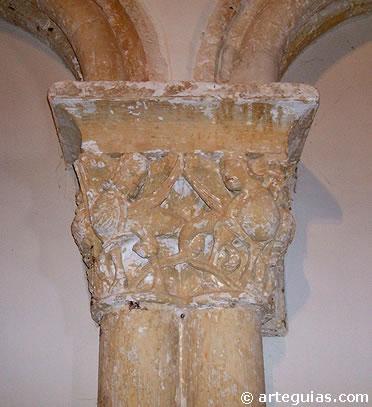 Capiteles con arpías en el interior de la cabecera