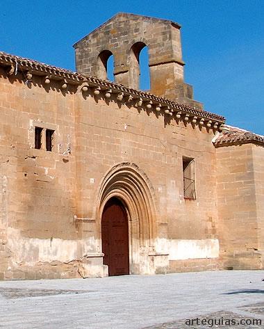Espadaña y puerta sur de la iglesia de Tirgo