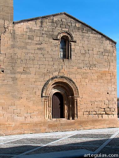 Fachada occidental de la iglesia de El Salvador de Tirgo, con su puerta románica