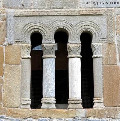 Valdediós: ventanal donde se combinan formas prerrománicas con otras de raigambre andalusí, como los arcos de herradura y el alfiz