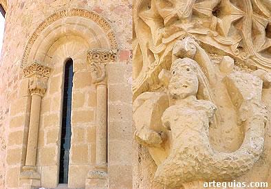 Ventanal del ábside y uno de los capiteles con una nereida