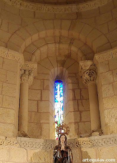 Ventanal interior del ábside de la iglesia de Caballar