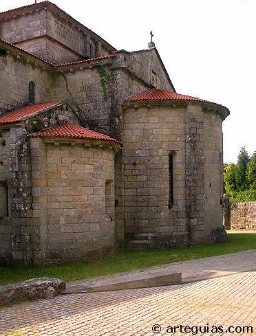 Cabecera triabsidal de la iglesia de Armenteira