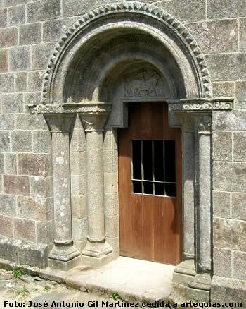Puerta de la iglesia del Monasterio de Caaveiro