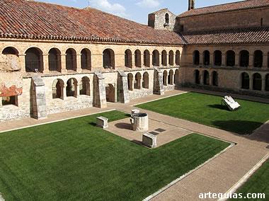 Inmenso patio del claustro del monasterio