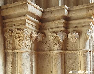 Capiteles de una de las puertas de la panda este del claustro