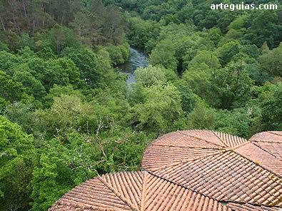 Girola vista desde la torre y, al fondo, el río Deza