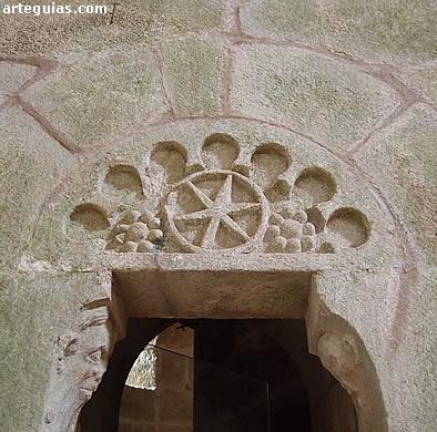 Otra de las puertas de acceso a la escalera de la cripta