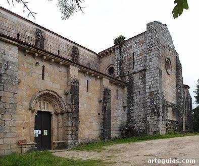 Costado meridional de la iglesia abacial del Monasterio de San Lorenzo de Carboeiro