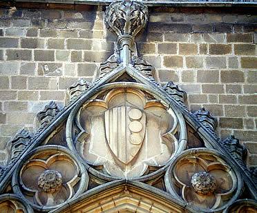 Escudo de la Casa de Montcada en la portada principal