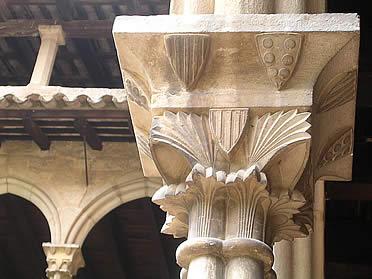 Detalle de un capitel del claustro