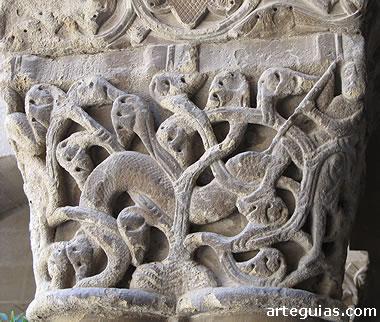 Capitel del claustro de San Pedro el Viejo: combate entre hombres y serpientes