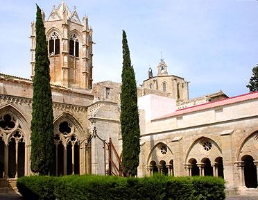 Torre gótica sobre la iglesia vista desde el claustro. Monasterio de Vallbona de les Monges