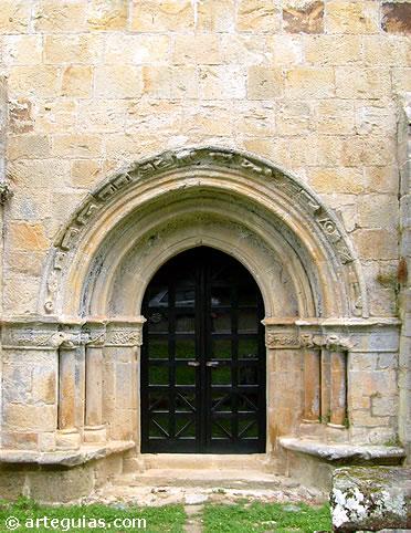 Puerta sur de la Iglesia de Abamia