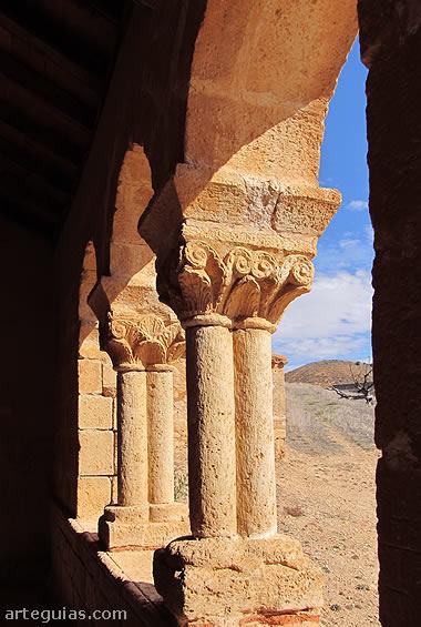 El elemento más valioso de la iglesia románica de Aguilera es su galería porticada