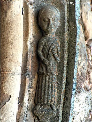 Detalle escultórico de la puerta