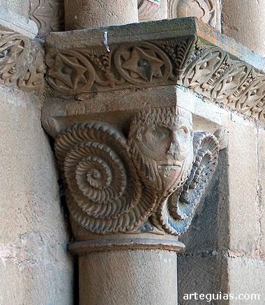 Misterioso capitel con un personaje barbado con grandes rizos en espiral