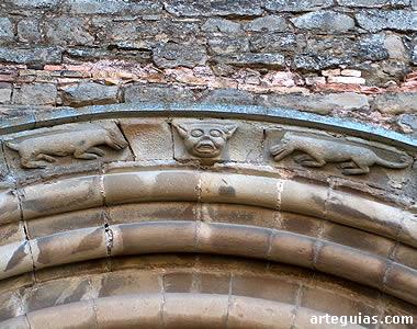 EL interés de la puerta de la iglesia de Olcoz radica en su misteriosa escultura