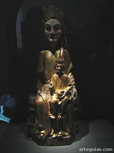 Talla de madera con una Virgen con el Niño