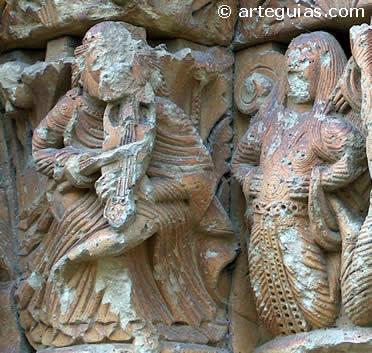 Música y bailarina en un capitel de  Moarves de Ojeda, Palencia