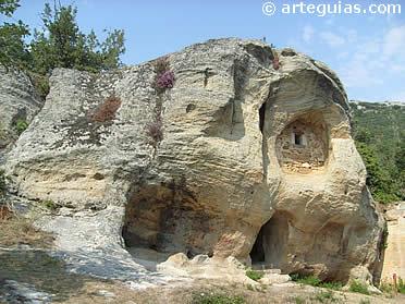 Exterior de la glesia rupestre de San Acisclo y Santa Victoria de Arroyuelos
