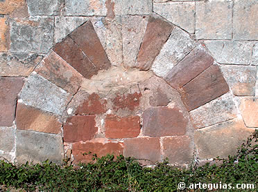 Puerta con arco de herradura de más que probable origen visigodo. Ermita de San Juan de Barbadillo del Mercado