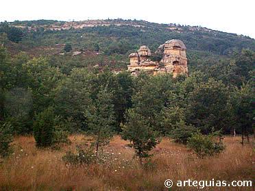 Vista del farallón rocoso donde fue horadada la iglesia de San Miguel de Presillas de Bricia